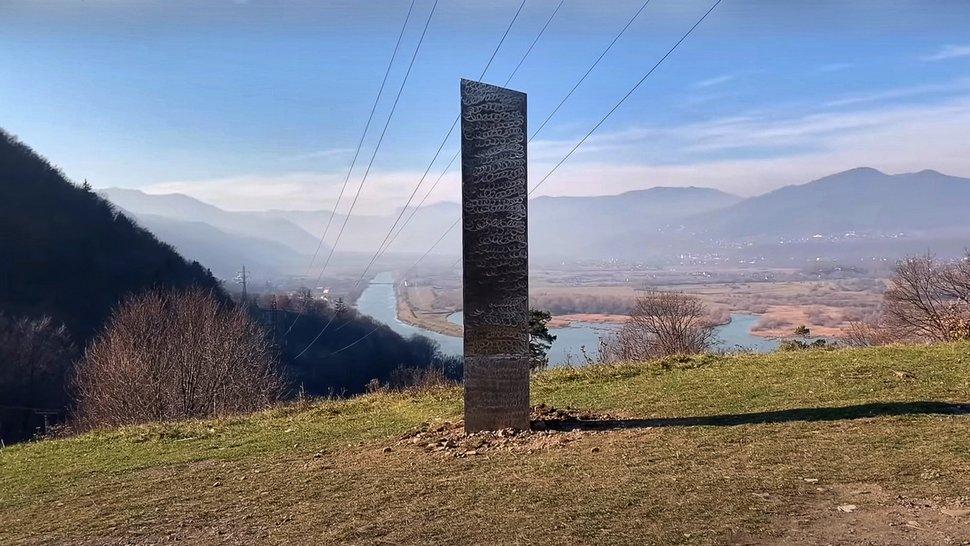 Le monolithe mystérieux du désert de l'Utah apparaît à côté d'une forteresse préhistorique en Roumanie