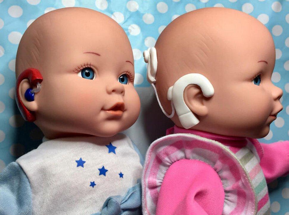 Cette mère a commencé à fabriquer des poupées inclusives après n'en avoir trouvé aucune avec des appareils auditifs pour sa fille sourde