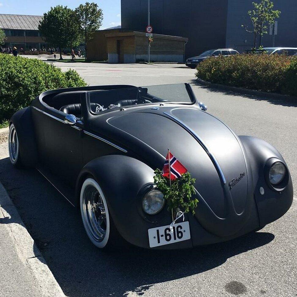 Cet homme a transformé une Volkswagen Coccinelle de 1961 en une décapotable noir mat