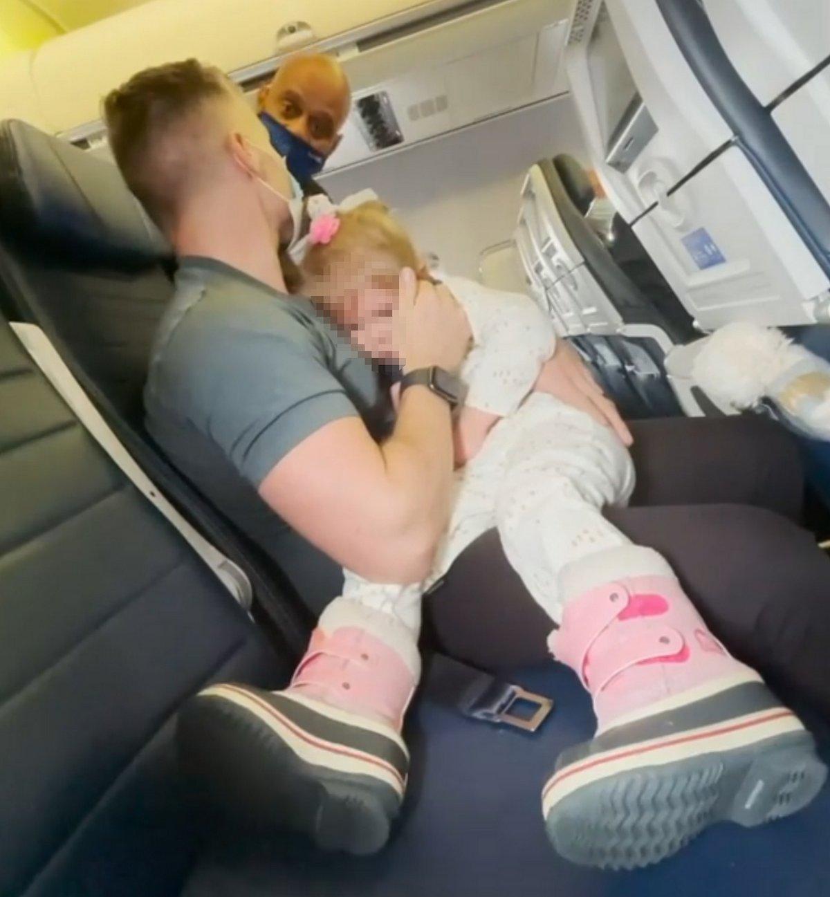 Un couple part sans sa fille après qu'on lui a dit de porter un masque dans l'avion