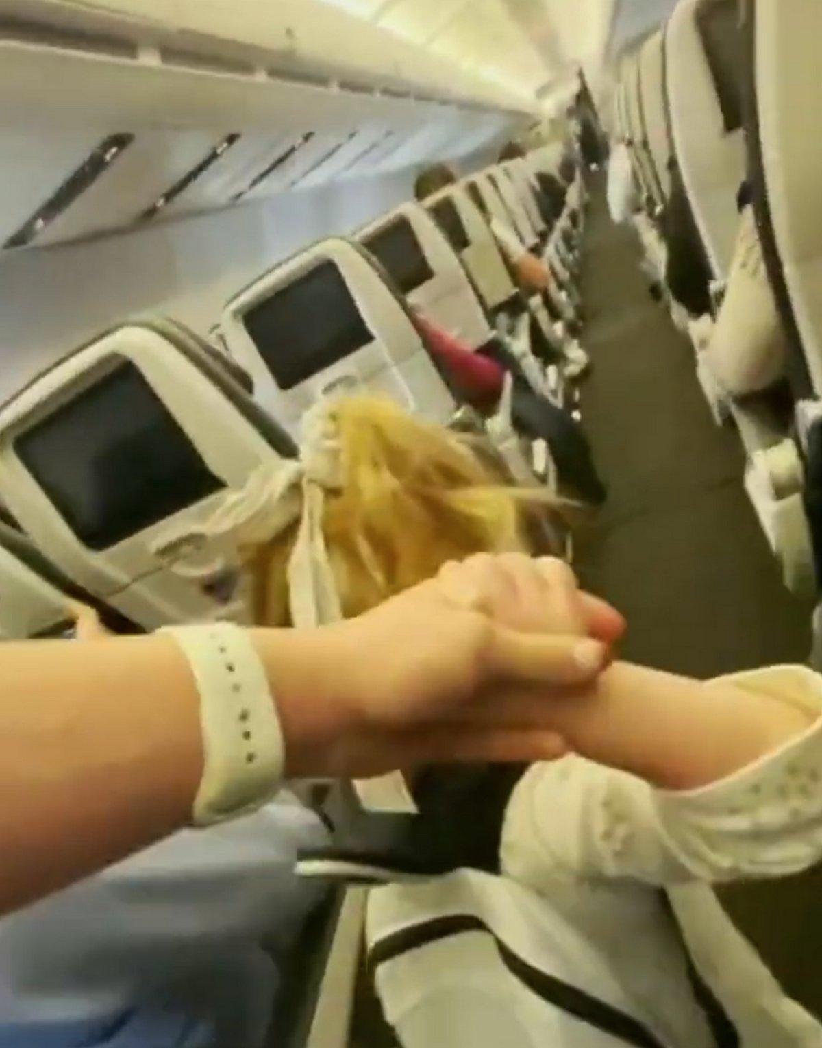 Une famille a été expulsée d'un vol après que son enfant de deux ans a refusé de porter un masque