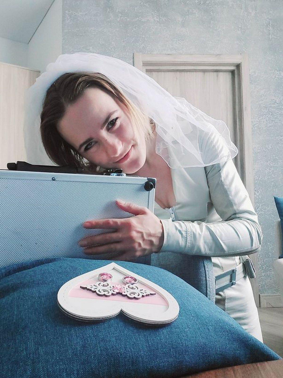 Cette femme qui est attirée sexuellement par les objets a épousé une mallette