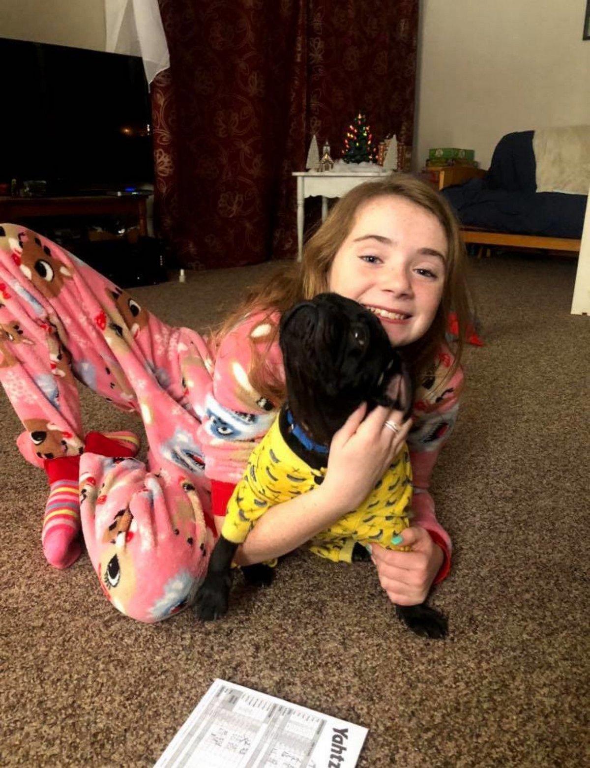 Une famille fait une surprise à son garçon à l'école et le réunit avec sa chienne perdue