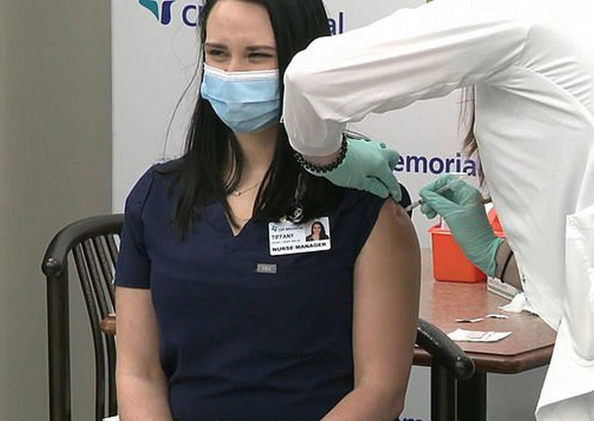 Une infirmière s'évanouit en direct quelques minutes après avoir reçu le vaccin contre la COVID-19
