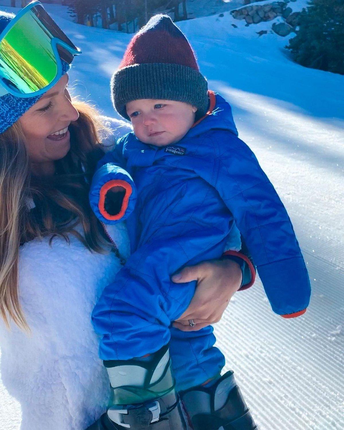 Une mère jette son fils d'un an dans la neige profonde et défend son geste après avoir été critiquée en ligne