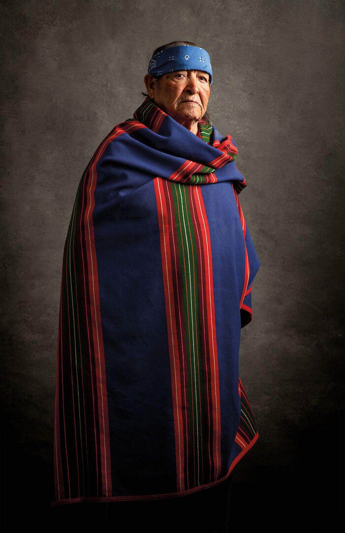 16 portraits authentiques d'Amérindiens vêtus de costumes traditionnels