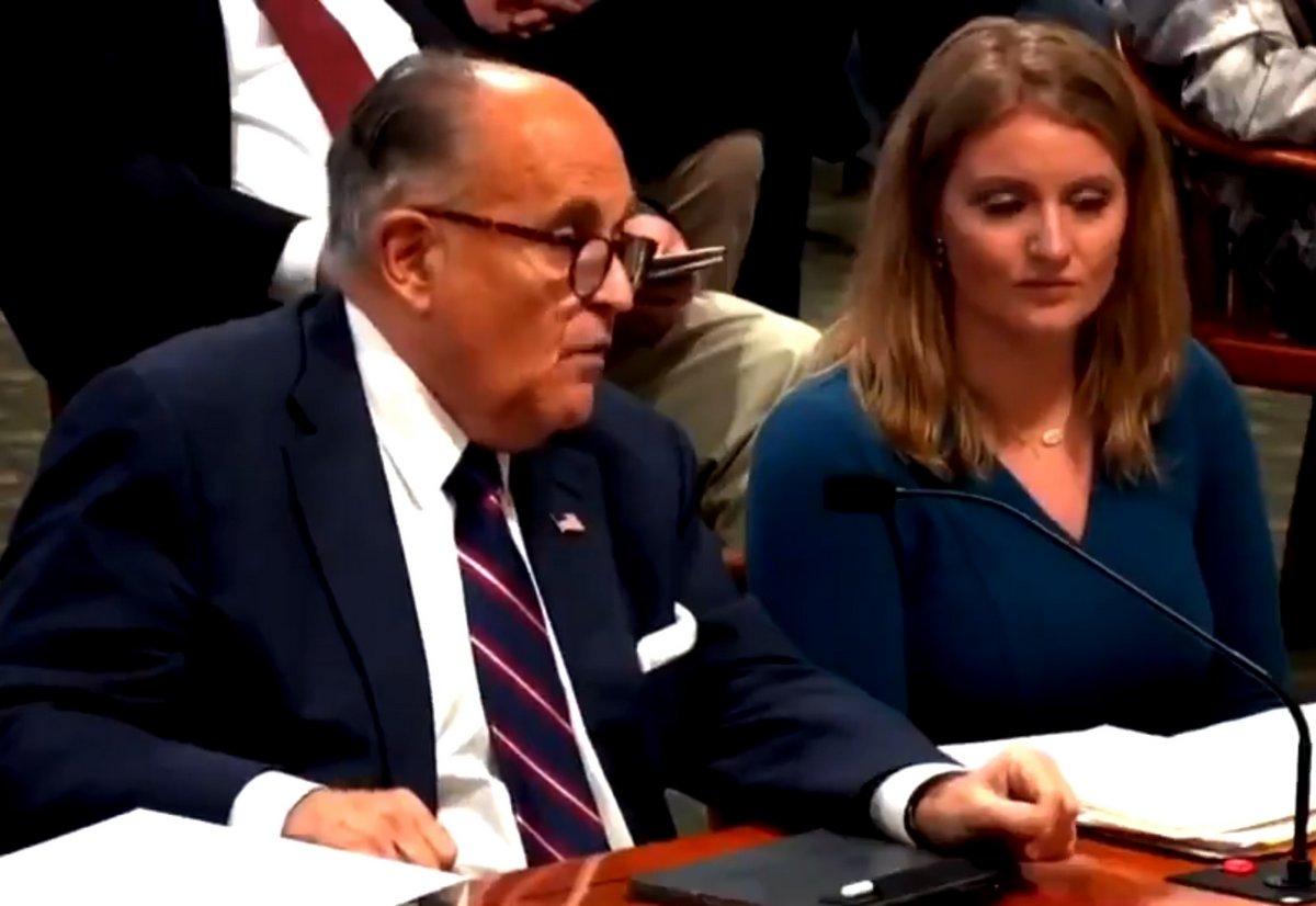 L'avocat de Donald Trump, Rudy Giuliani, semble péter lors de l'audience sur la fraude électorale
