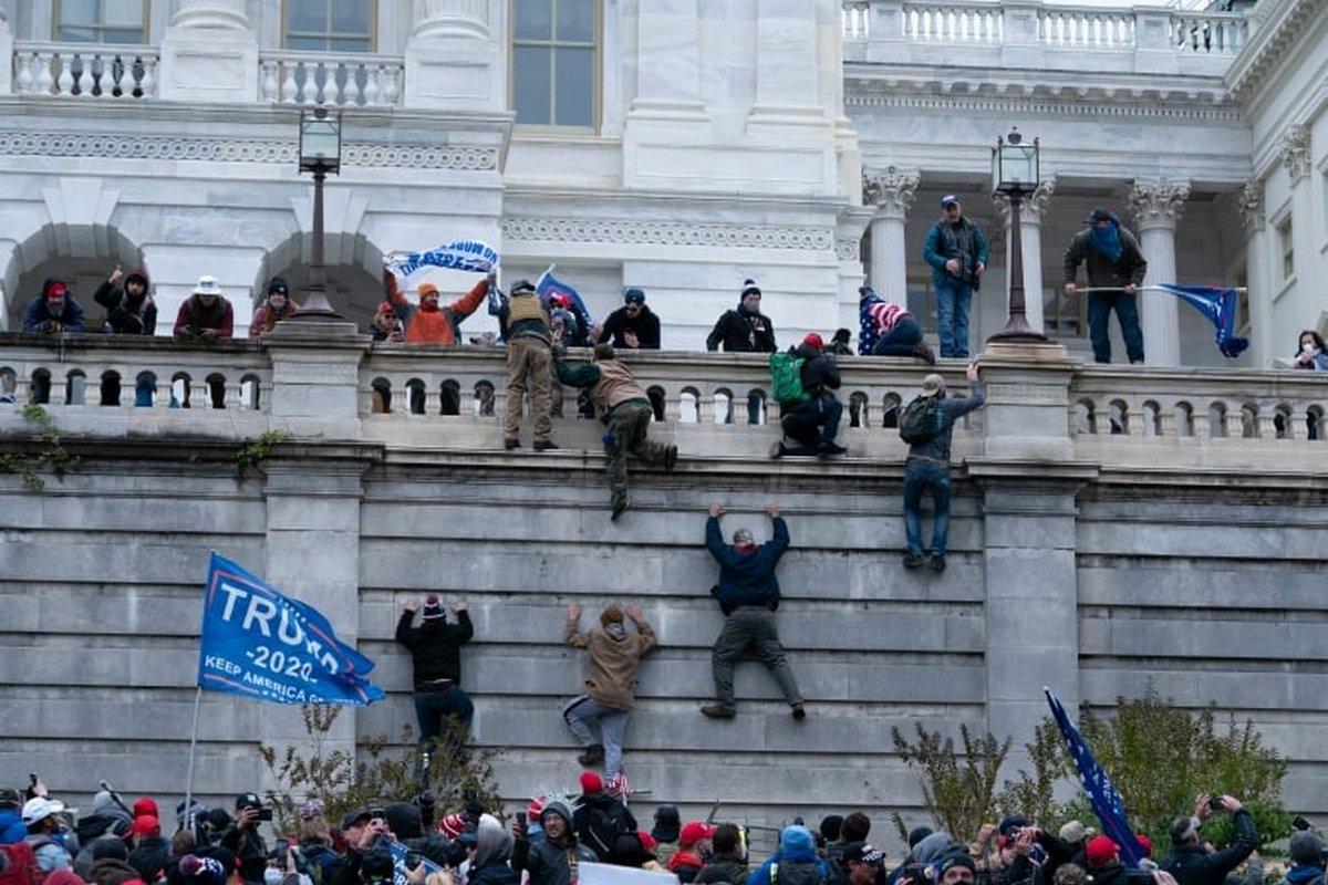 Une photo d'urnes déplacées par deux employées du Sénat pendant les émeutes du Capitole est devenue virale pour toutes les bonnes raisons