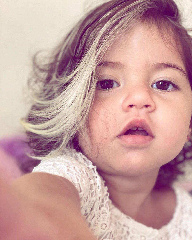 Cette petite fille de deux ans est née avec une mèche blanche dans les cheveux et sa mère l'encourage à accepter son apparence unique