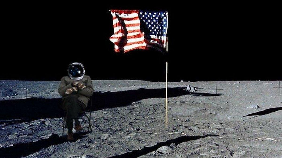 Voici les meilleurs mèmes créés par des internautes après que Bernie Sanders a été photographié seul lors de l'investiture