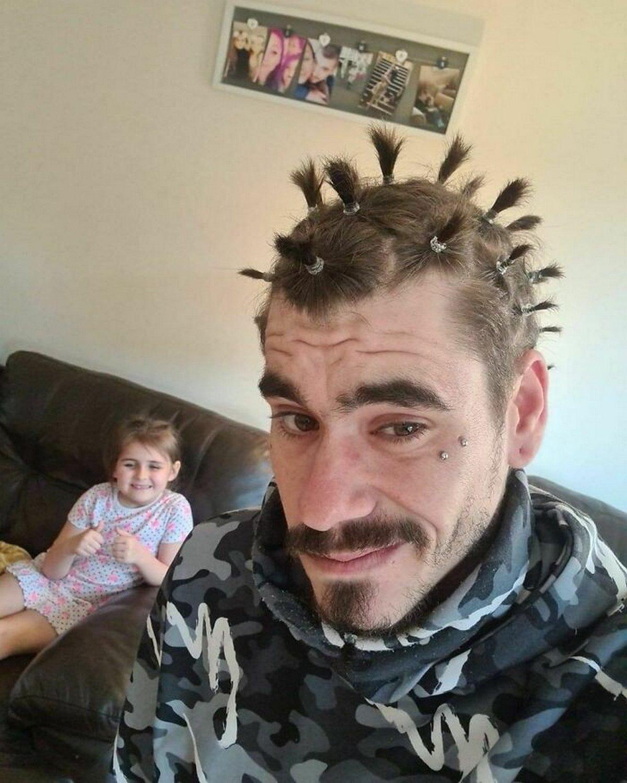 Voici des pères après une visite au «salon de beauté» de leur fille