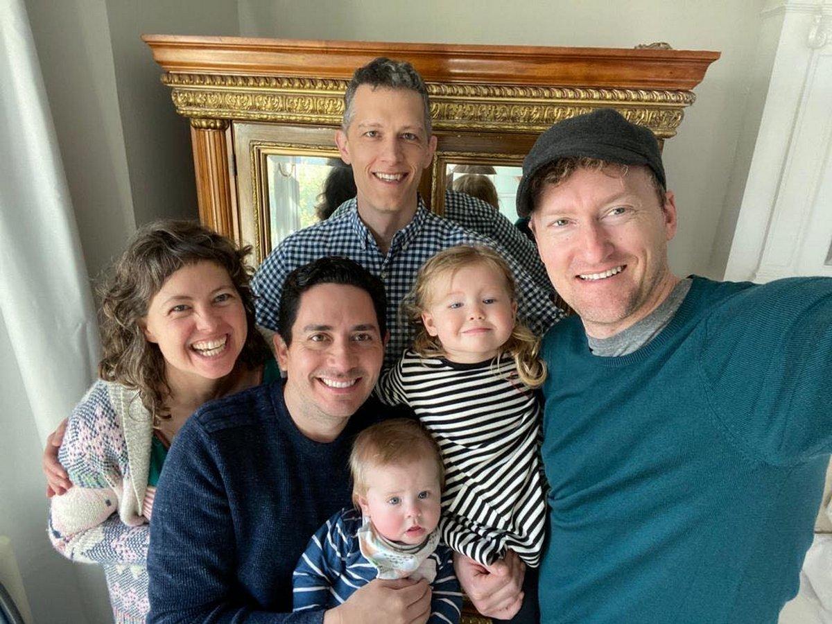 Ces trois hommes gays qui forment un trouple ont tous été inscrits sur l'acte de naissance de leurs enfants, une première mondiale