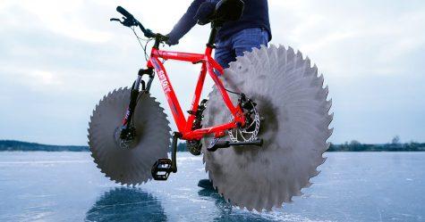 Un homme remplace les roues de son vélo par des scies circulaires et part faire un tour sur un lac gelé
