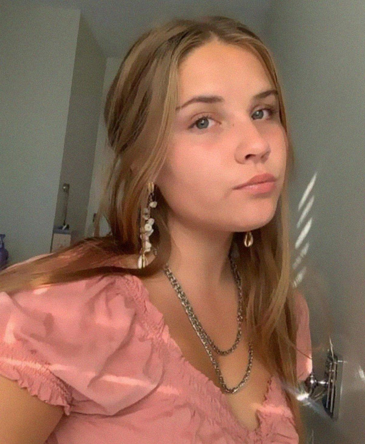 Une adolescente seule dans sa chambre d'hôtel déjoue un intrus grâce à un conseil reçu de son père policier