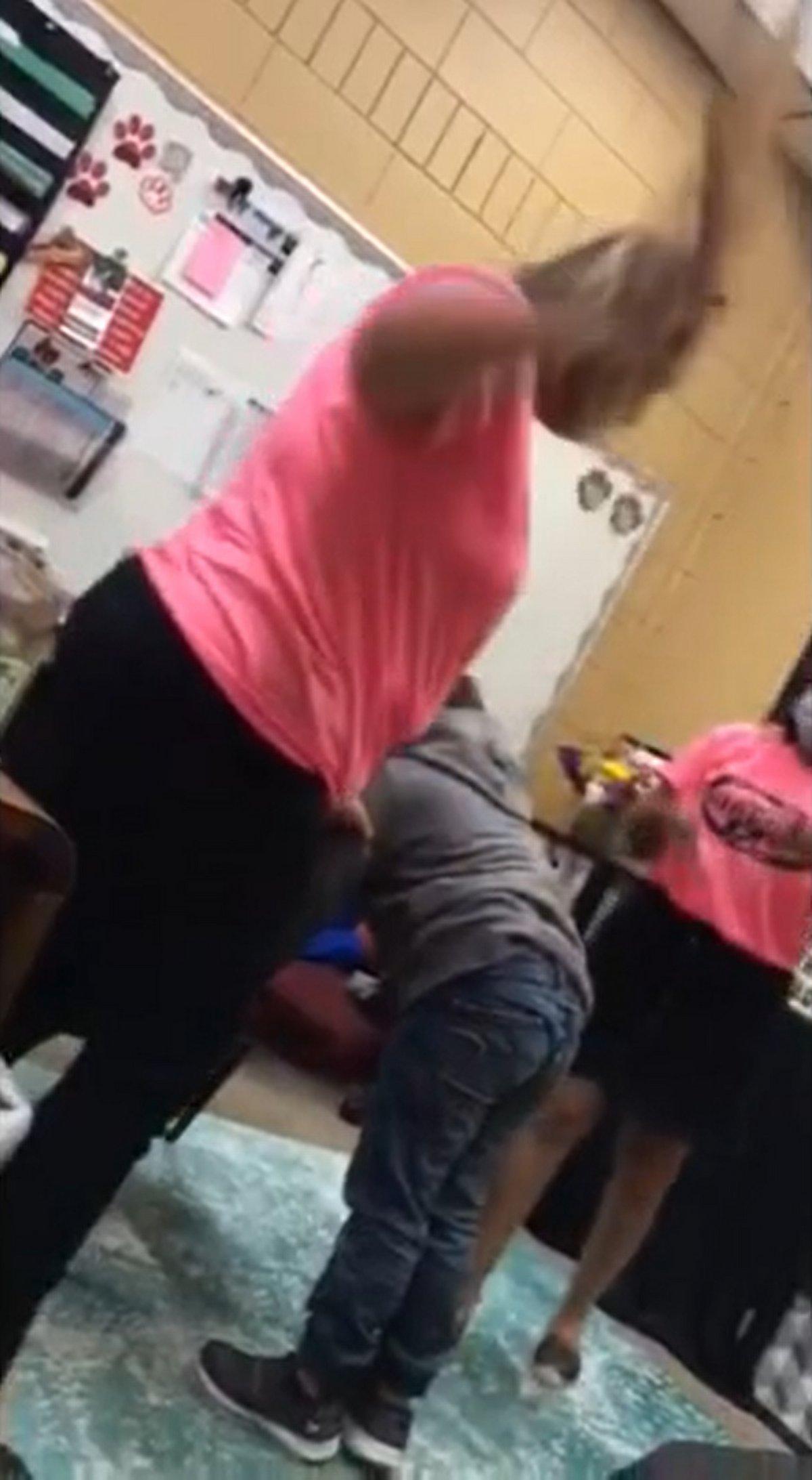 Une directrice d'école est sous enquête pour avoir donné des coups de pagaie à un enfant de 6 ans en guise de punition