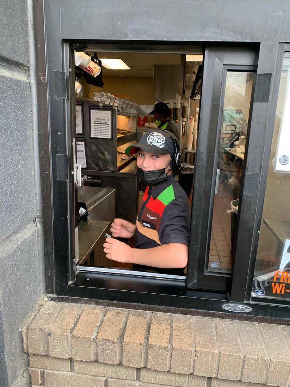 Un père se vante que son fils de 14 ans travaille «tous les jours qu'il peut» chez Burger King, ce qui lance un vif débat en ligne