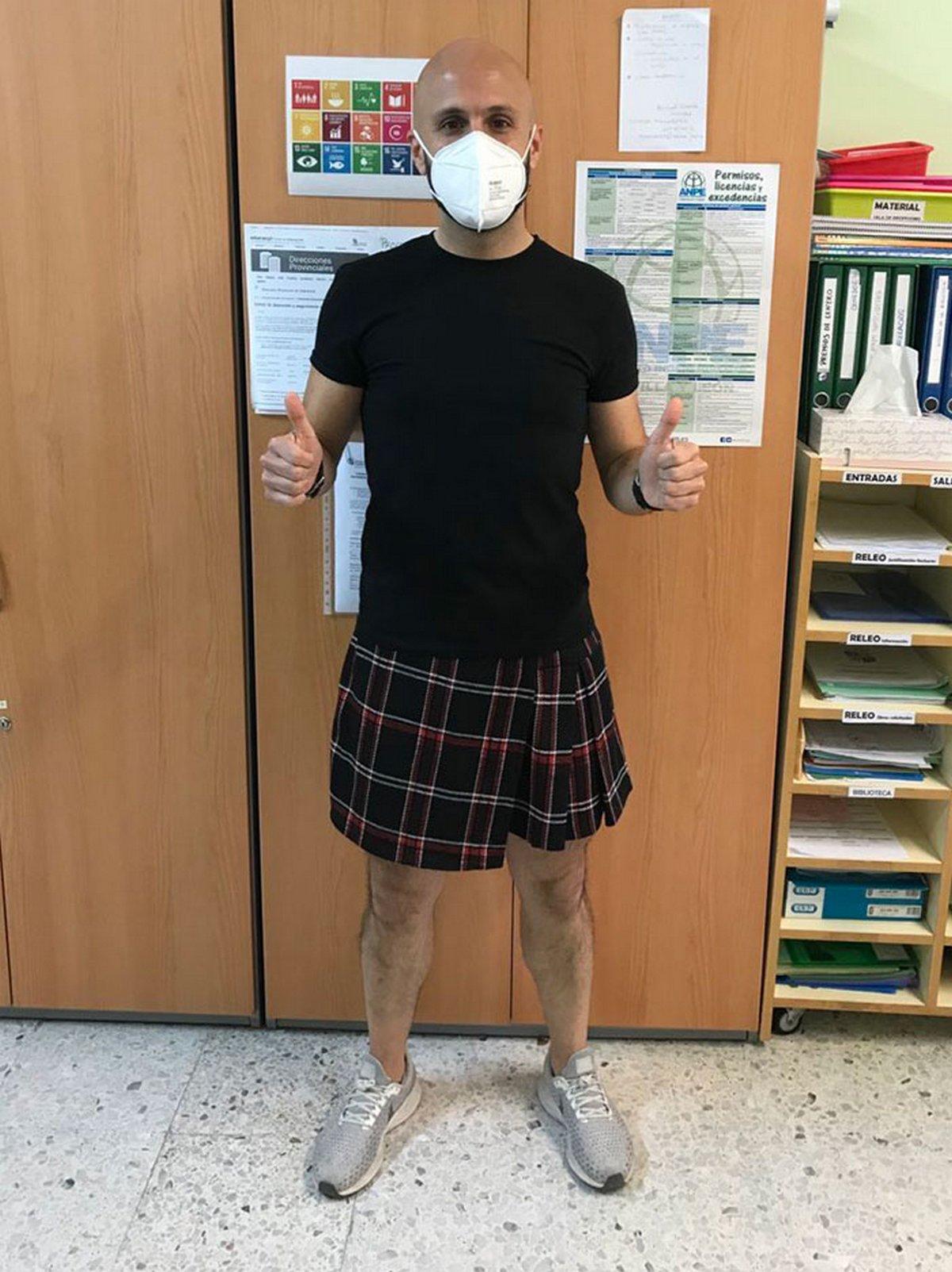 Des enseignants portent des jupes en classe pour protester contre le renvoi d'un élève qui en portait une