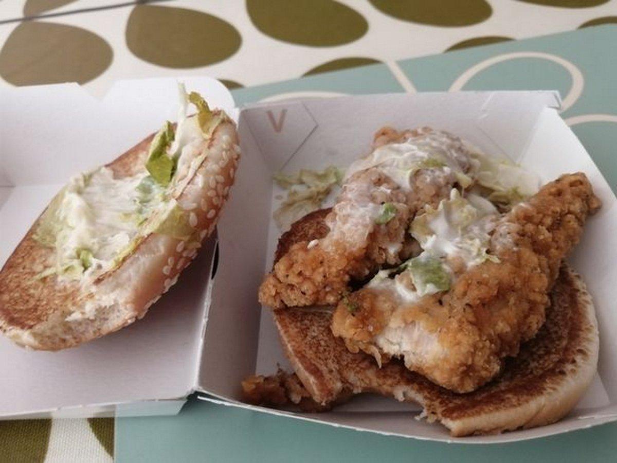 Une femme végétarienne depuis 45 ans a vomi parce que le burger qu'elle a mangé contenait du poulet