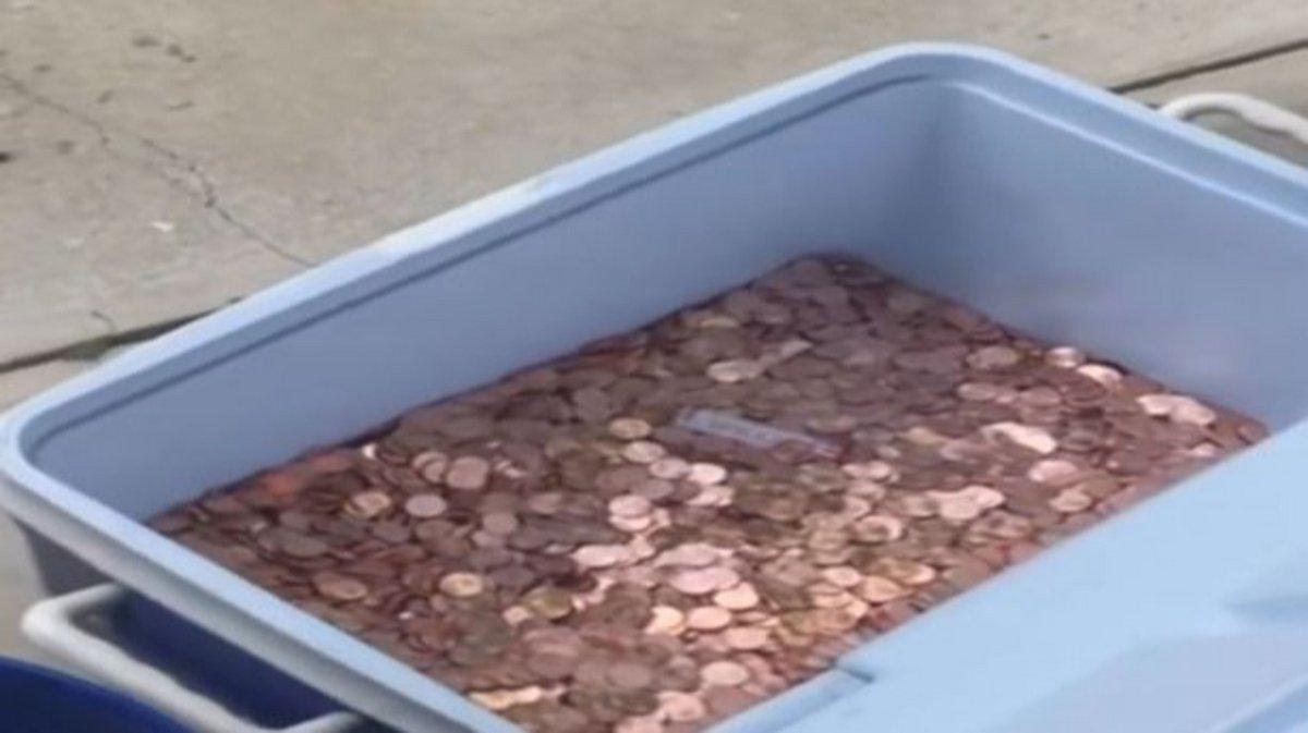 Un homme paie une pension alimentaire en jetant 80000 pièces sur la pelouse de son ex