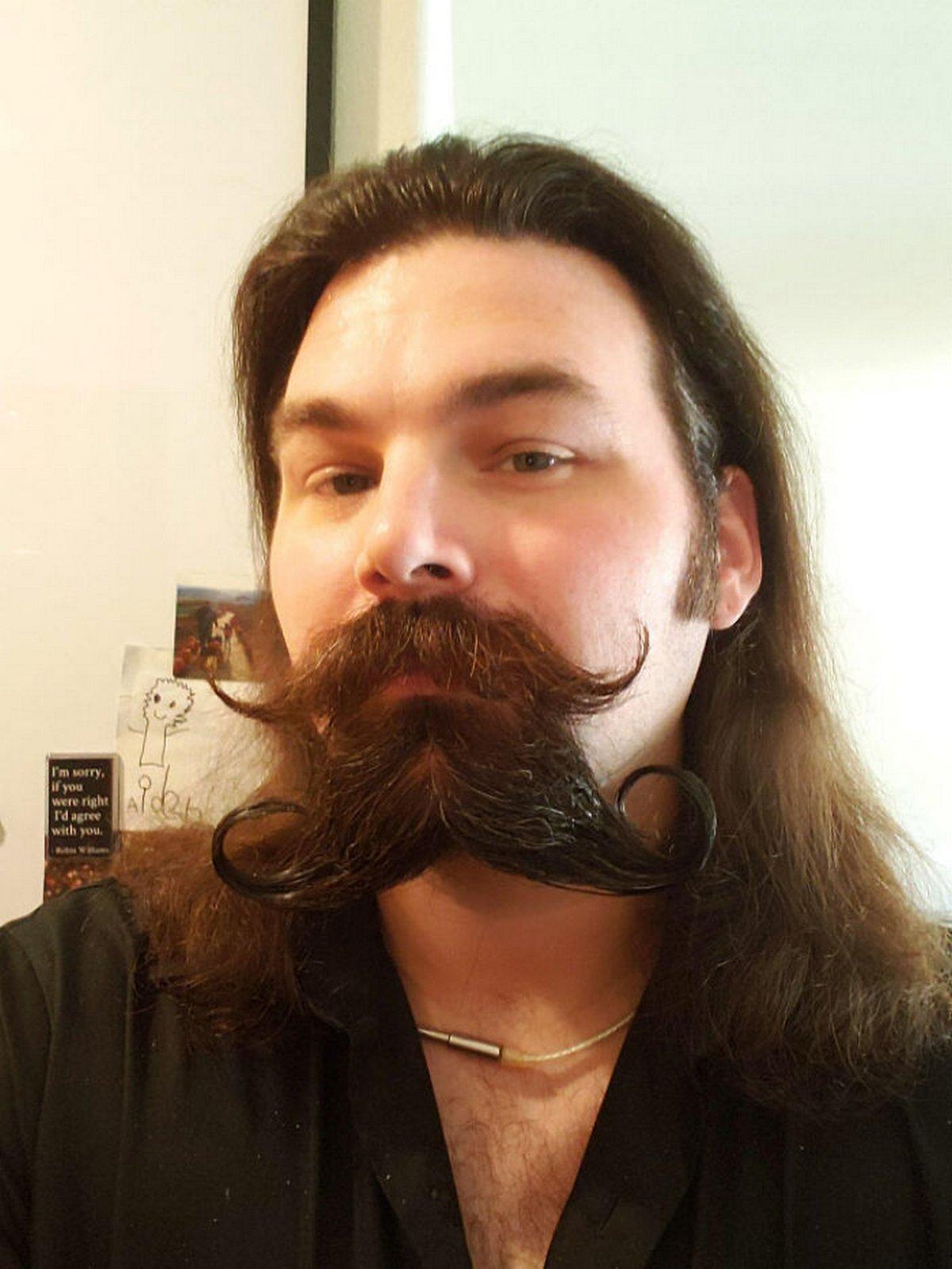 Ces hommes ont essayé la double moustache et ont obtenu des résultats ridicules