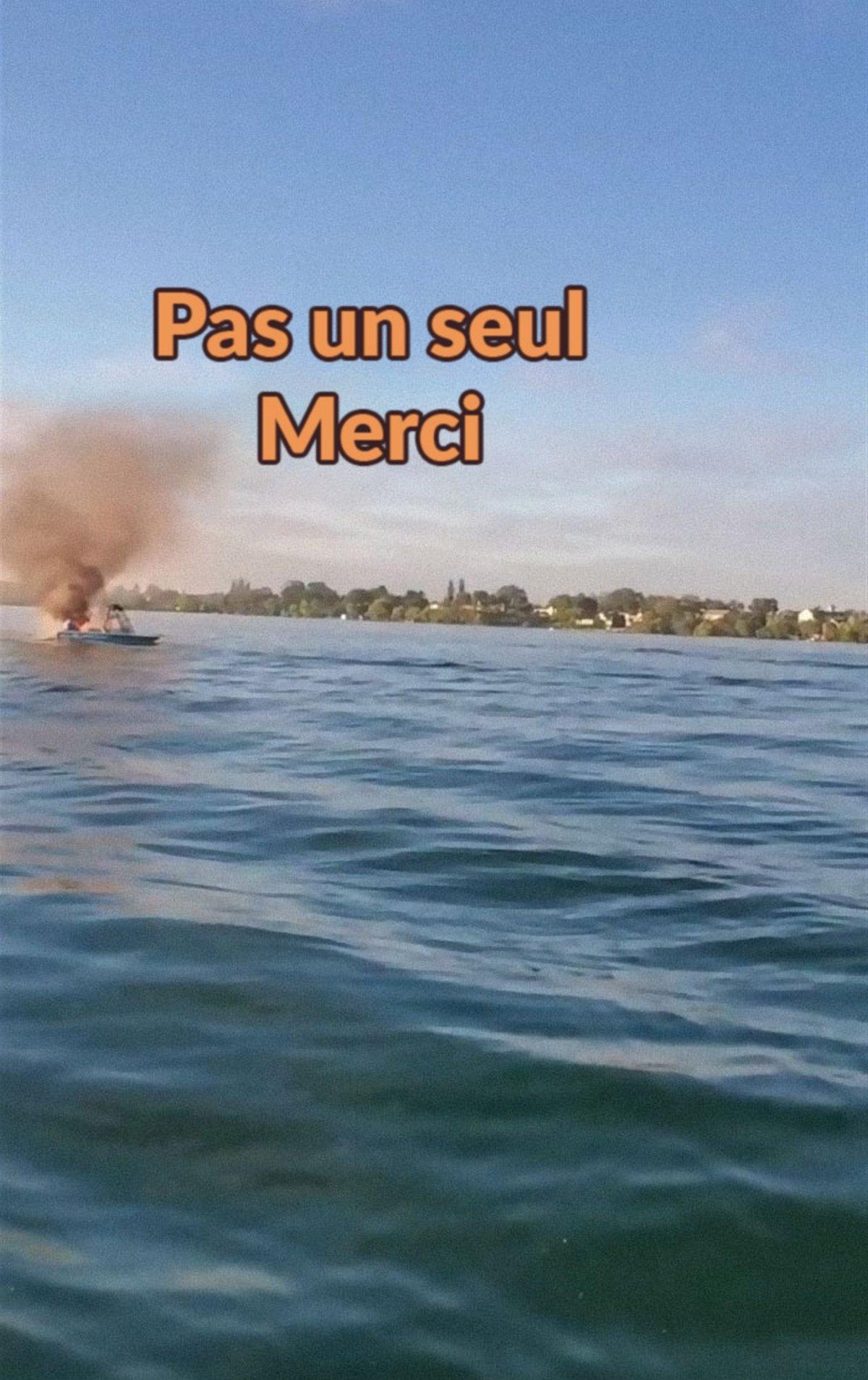 Des homophobes en détresse nagent vers le bateau des personnes LGBT qu'ils venaient de harceler après l'explosion de leur propre bateau