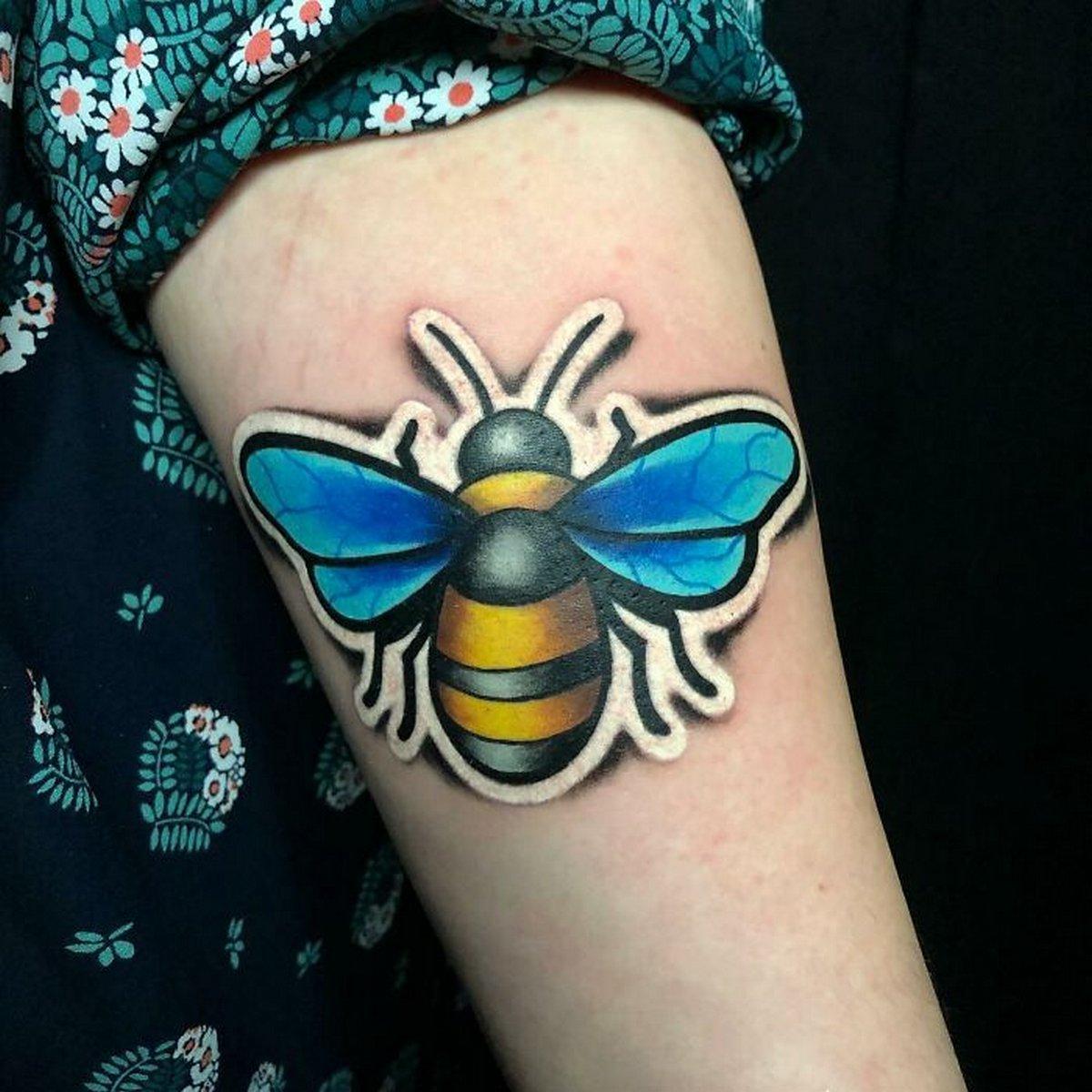 Cet artiste créé des tatouages qui ressemblent à des autocollants se décollant de votre peau