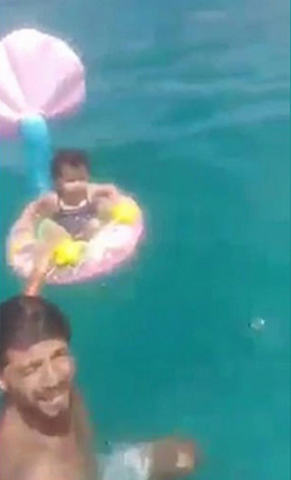 Un bébé est secouru après avoir dérivé en mer sur près de deux kilomètres dans une bouée de piscine