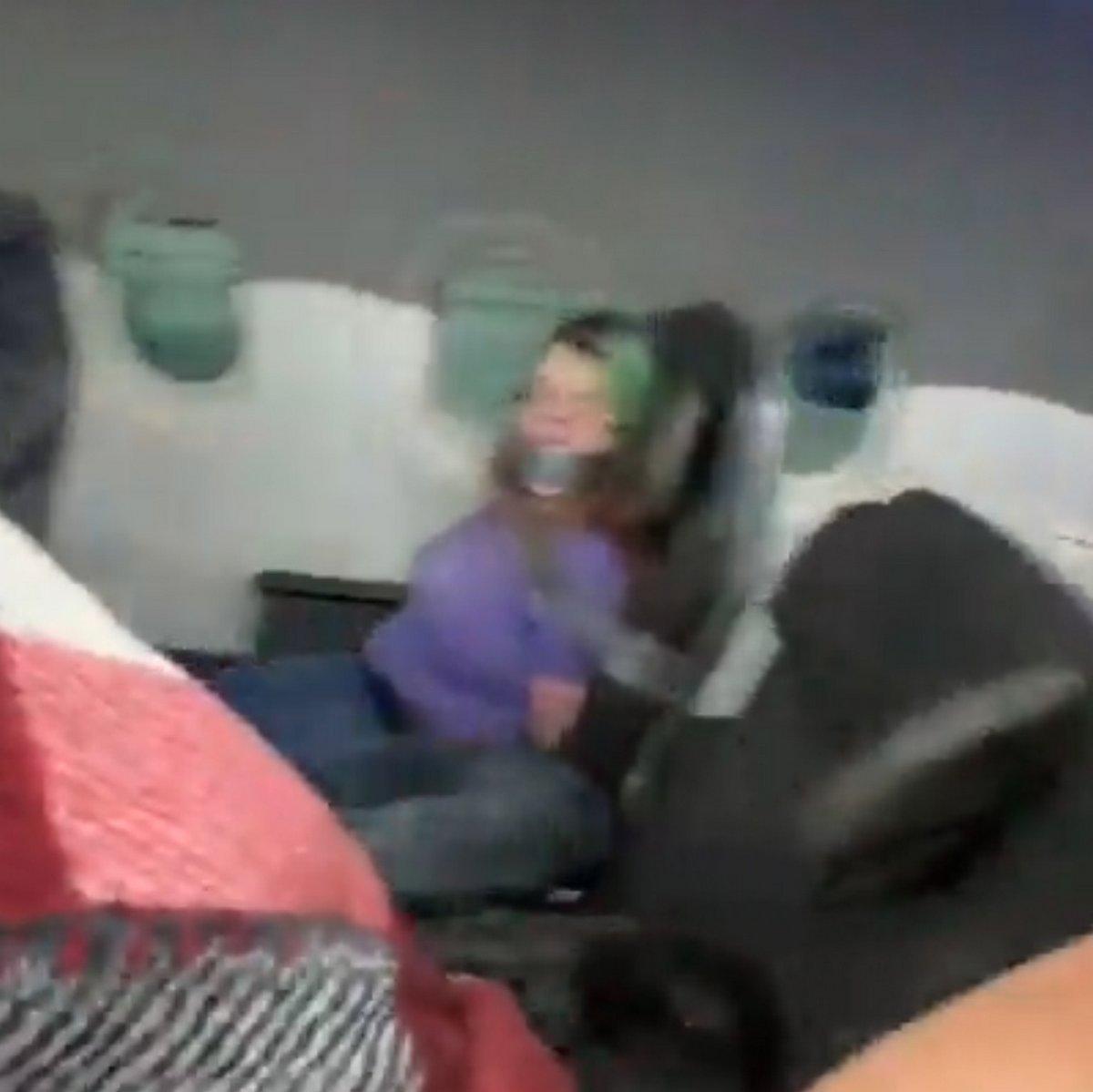 Une femme est scotchée à son siège après avoir tenté d'ouvrir une porte en plein vol