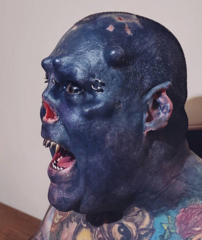 Cet homme qui s'est fait enlever le nez pour ressembler à un orque montre à quoi il ressemblait avant sa modification extrême