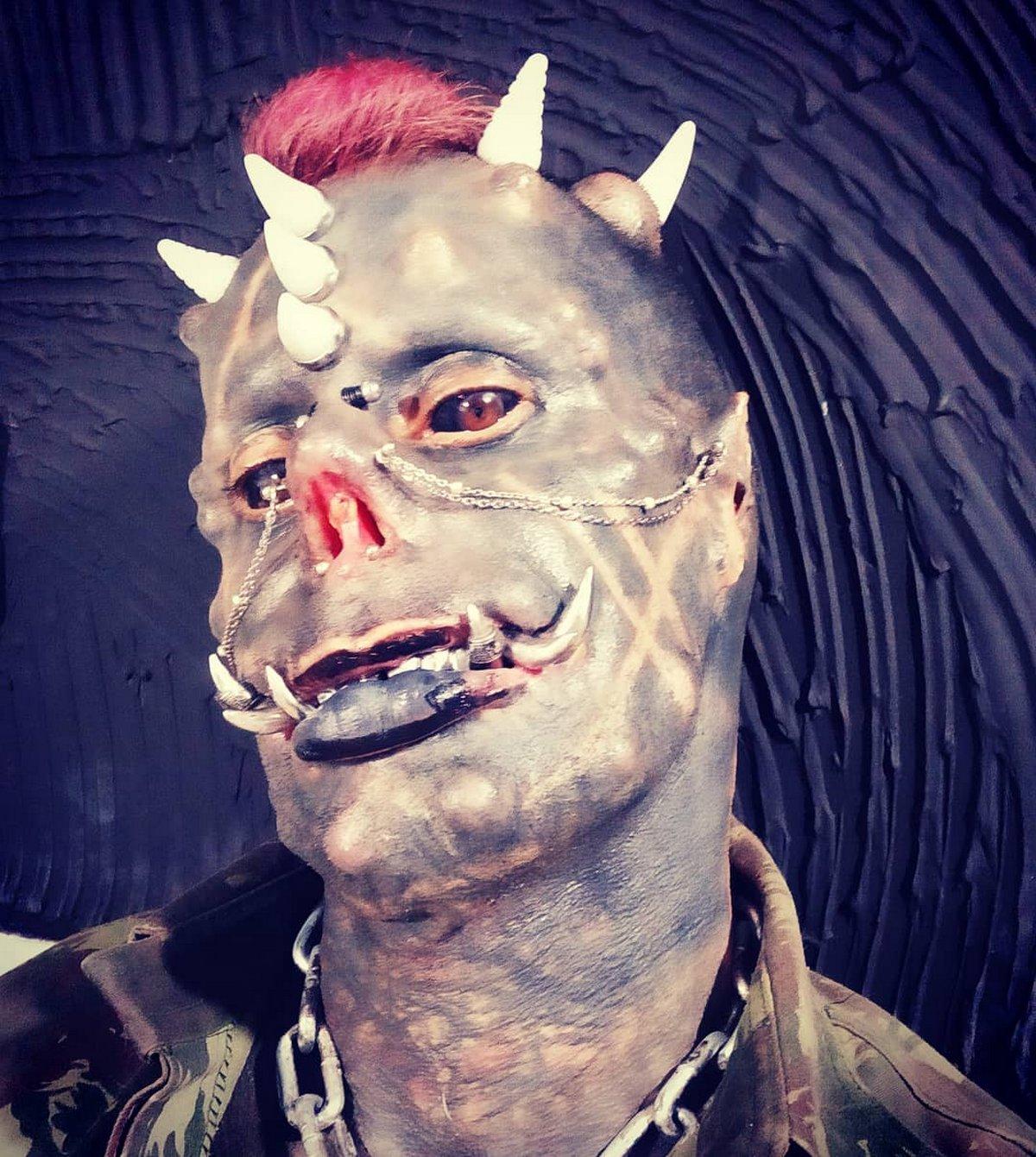 Ce «Satan humain» avec des défenses en métal montre à quoi il ressemblait avant sa transformation extrême