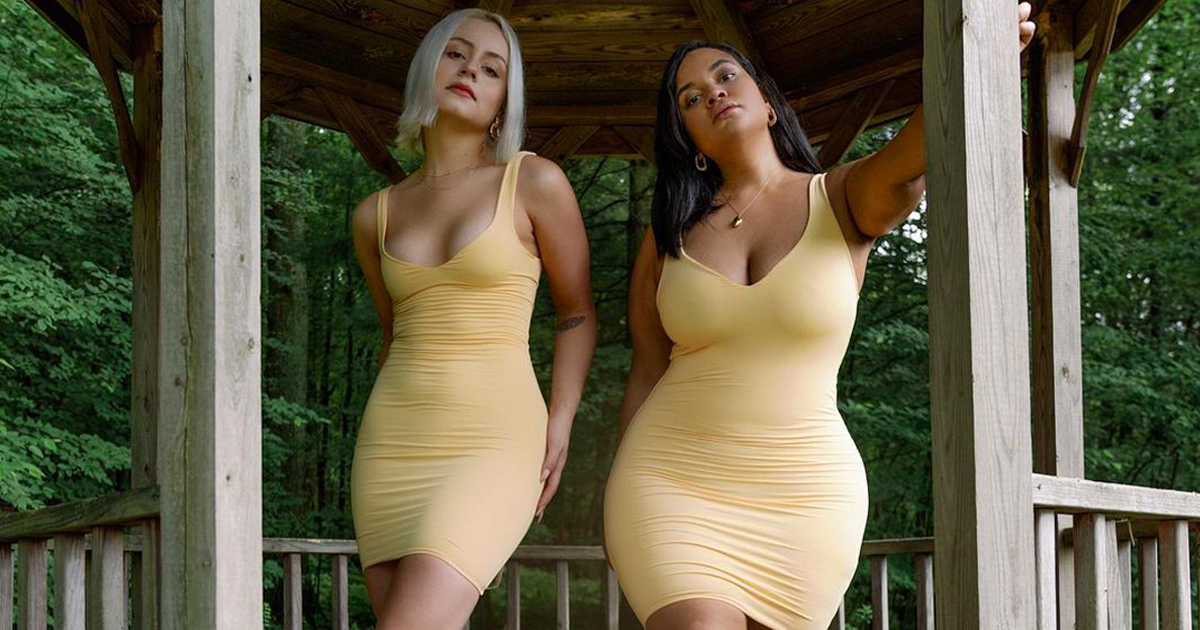 Ces deux amies montrent à quoi ressemble la même tenue sur leurs différents types de corps