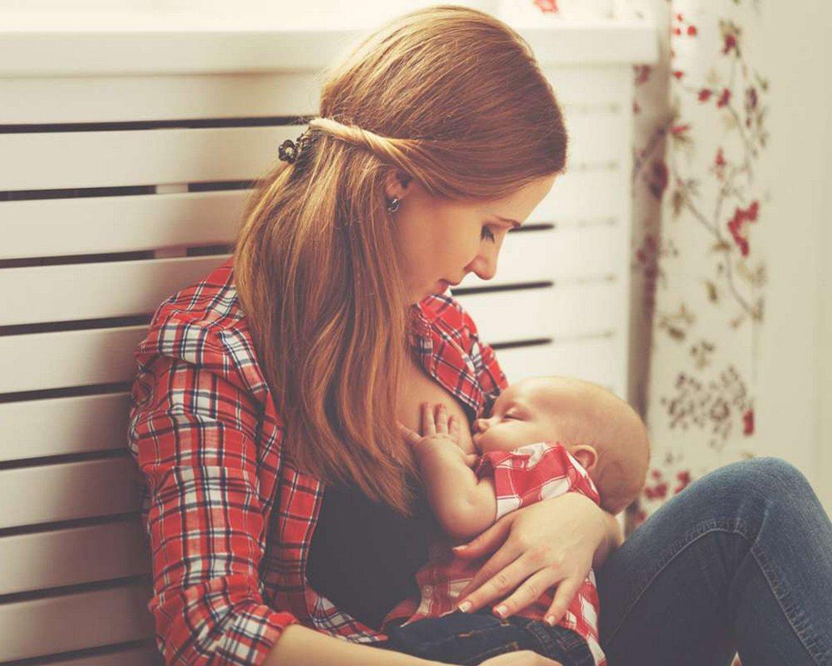 Un homme demande s'il a eu tort de demander à une maman qui allaitait son bébé de s'asseoir à une autre table