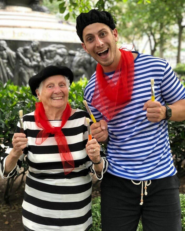 Cette grand-mère de 95 ans et son petit-fils prouvent que le plaisir n'a pas d'âge grâce à leurs costumes hilarants
