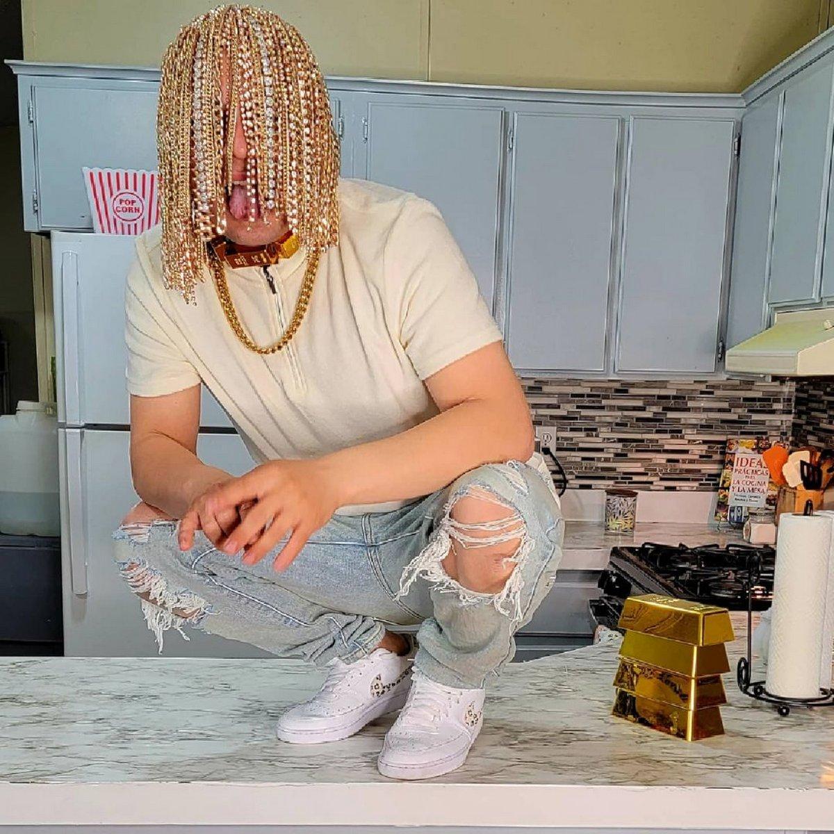 Un rappeur devient le «premier» à se faire implanter chirurgicalement des chaînes en or dans la tête en guise de «cheveux»